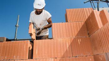 Photo BTP Un mçon monte un mur en brique La construction en maçonnerie, alignement, espace, poids, hauteur. Tout est scrupuleusement respecté par les experts que sont les maçons.  Bordeaux Bègles-France