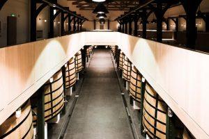 Chais Château Mouton Rothschild Château Mouton Rothschild est un domaine viticole du Médoc, situé sur la commune de Pauillac. Château Mouton Rothschild est un « premier grand cru classé » selon la Classification officielle des vins de Bordeaux de 1855. Il partage cette distinction avec Château Margaux, Château Latour, Château Lafite Rothschild et Château Haut-Brion.  Pauillac-France